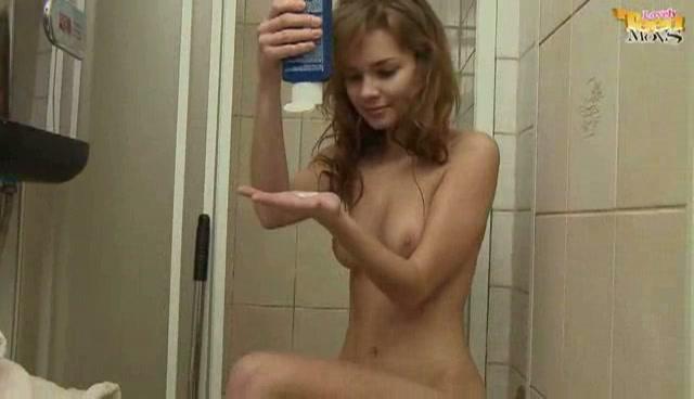 Marokkaanse meid pijpt vingeren onder de douche